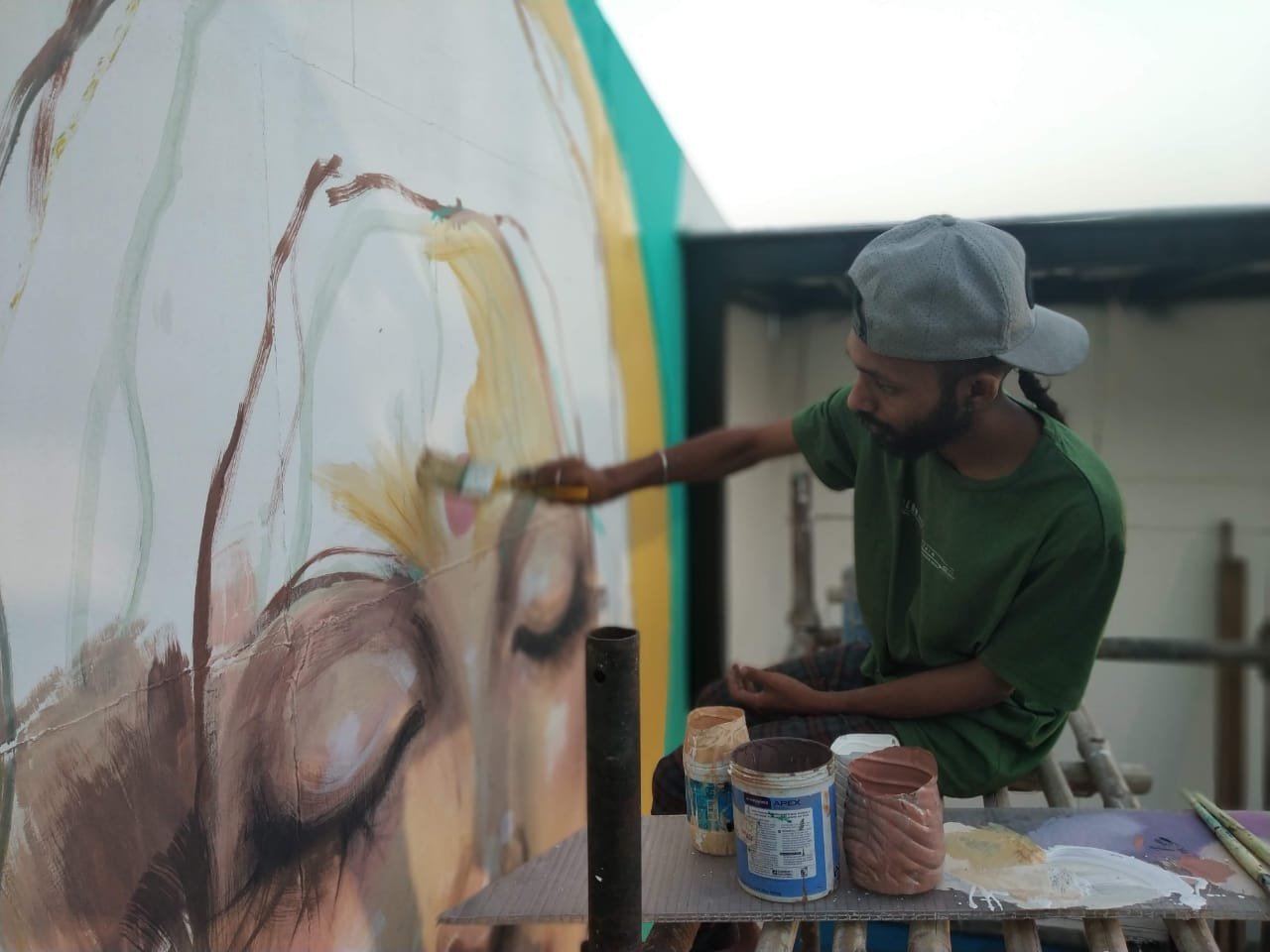 Aftab painting a portrait in New Delhi